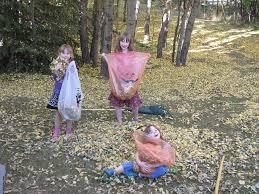 barn som krattar